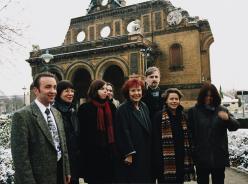 Das Bild zeigt die damalige Ministerin Wieczorek-Zeul mit den ersten ZFD-Fachkräften im November 1999. Fotonachweis: Bundesregierung/Kühler